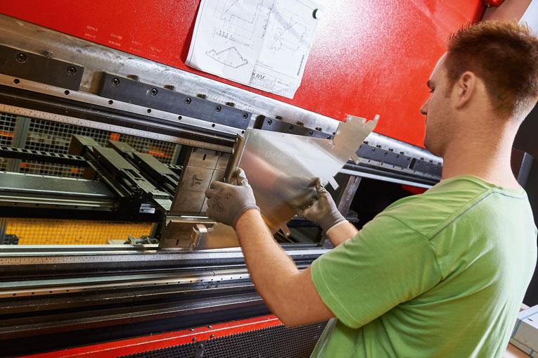 Mit der neuen AMADA HG-2204 ATC Abkantpresse ließen sich die Rüstzeiten pro Produktteil um bis zu 60 Prozent reduzieren.